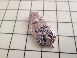 120 Pin's Pins / Beau Et Rare / THEME : MILITARIA / PUCELLE DE GENDARMERIE CIGA Par GILLES G - Militares