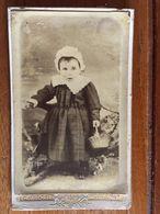 Photo Env 1883, Petite Fille, Avec Coiffe,panier,folklorique, Photographe Louis Gaborit,Fontenay Le Comte 85 - Vendée - Anciennes (Av. 1900)