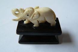 Petit Eléphant En Ivoire Sur Socle - Animals