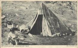 Cpa Groenland, Ostgronlaender Udenfor Sit Telt, Pliure Au Centre - Groenlandia