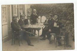 Carte Photo A Identifier Hommes Discutant Autour D'un Verre - Personnes Anonymes