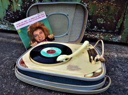 Rare Tourne Disque Portatif Teppaz Oscar Lyon Avec Disque  Sheila Appareil Fonctionnant De 16 à 78 Tours 110et 220 Volts - Musik & Instrumente