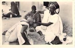 Ex SOUDAN FRANCAIS ( Actuel MALI ) Le Coiffeur à TOMBOUCTOU  - CPSM Photo -  Afrique Noire - Black Africa - Soudan