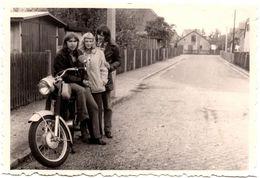 Photo Originale Motard, Motocyclisme Et Moto à Identifier Pour Bande De Jeunes Aux Cheveux Longs Vers 1970 - Radsport