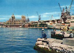 Marseille Animée Le Port La Cathédrale Pêcheurs Bateaux Cargo - Monuments