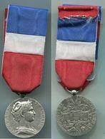 D188 MEDAILLE MINISTERE DE L'AGRICULTURE 1998 REGARD A DROITE - Francia