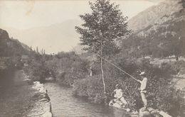 Rare Carte Photo Pêcheurs Dans Rivière De Montagne Années 1900-1910 - Fotografía