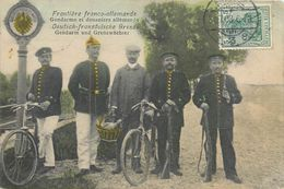 CPA Frontière Franco Allemande Gendarme Et Douaniers Allemands - Gendarm Und Grenzwächter - Grenze - Militaria - Douane