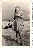 Photo Originale Plage Sans Maillot De Bain Pour Adolescente Souriante à Nattes Tressées Vers 1940 - Anonyme Personen