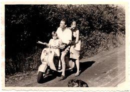 Photo Originale Scooter Biplace à Identifier MZ, DKW, Auto-Union, Vespa, BMW ??? Famille En Ballade à 3 En 1955 - Cyclisme