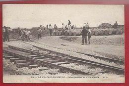 17 - LA PALLICE-LA ROCHELLE -  LE DEBARQUEMENT DES FUTS D'HUILE - POUR L'USINE DE GÉLATINE  - VOIES FERRÉES - La Rochelle