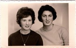Carte Photo Studio Originale Duo Féminin En 1966 - Pin-up