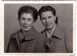 Photo Originale Duo De Jeunes Femmes Pin-Up En 1951 & Dessin Dos - Pin-up