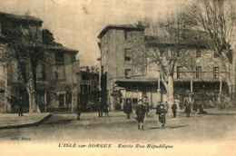 84 - L'ISLE SUR SORGUE - Entrée Rue République   *** RARE *** - L'Isle Sur Sorgue