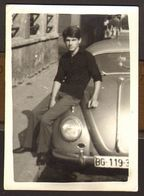 Handsome Man Guy And Old Car VW GAY INT Old Photo 9x6 Cm #30488 - Persone Anonimi