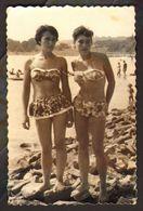 Two Pretty Women Bikini Girls On Beach Old Photo 9x6 Cm #30497 - Anonyme Personen