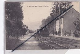 Bersac (87) La Gare Avec Train En Gare Et Voyageurs - Francia