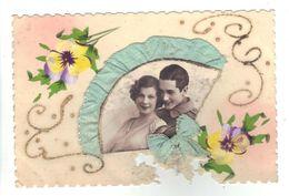 CPA Fantaisie Peinte à La Main Ajoutis Système Eventail Fleurs Pensées Photo Couple Fantasy Fan Flowers Pansy 1935 - Fantaisies