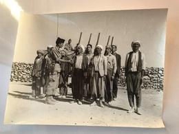 PHOTO Grand Format - Guerre D'Algerie - Instruction Groupe Auto Defense Harkis Avec Fusils De Chasse - Krieg, Militär