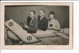 Carte Photo Surréaliste ( Photo Montage ) Famille Dans Un Avion - Cartes Postales
