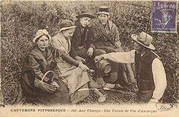 - Puy De Dôme -ref-A814- Auvergne Pittoresque - Aux Champs - Une Tasséee De Vin D Auvergne - Vins - Agriculture - - Non Classés