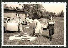 Fotografie Auto VW Käfer, Paare Beim Picknick Neben Dem Volkswagen PKW - Automobili