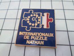 115b Pin's Pins / Beau Et Rare / THEME : JEUX / DRAPEAUX FRANCE EUROPE INTERNATIONAUX DE PUZZLE NATHAN - Jeux