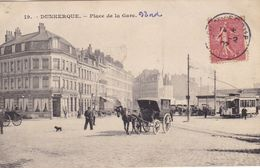 59. DUNKERQUE. CPA. PLACE DE LA GARE. ANIMATION .CHIEN. ATTELAGE. TRAMWAY. ANNEE 1907 +  TEXTE - Dunkerque