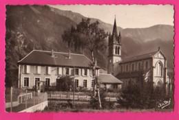 CPSM PETIT MODÈLE  (Réf: Z 3097) LE PERIER (38 ISÈRE) L'École Et L'Église - France