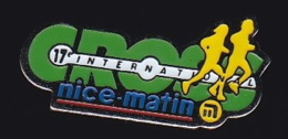 65547-Pin's-17 Em Cros International Nice Matin.Presse.Journal. - Athlétisme