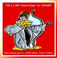 """SUPER PIN'S TIR A L'ARC : """"CANARD ARCHER"""" Pin's Humoristique En émail Base Or Cloisonné Signé (c)1992 SOKAL   2,5X2cm - Tiro Con L'Arco"""