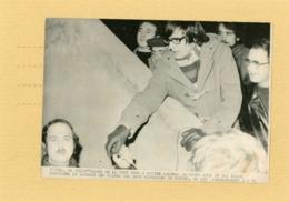 PHOTO DE PRESSE .  VITTEL  Fermeture Des Eaux Minérales 1973  STAUB  Leader Syndical Et Maitre  MARTEAU - Lieux