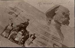 PHOTO  De Passage Au CAIRE 1912 Sur Un Dromadaire Avec Le SPHINX  Et Des Gens Du Cru - Personnes Anonymes