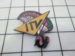 1214e Pin's Pins / Beau Et Rare / THEME : MEDIAS / CHAINE DE TELE ITV PARACHUTE Et Non CHARAPUTE - Banks