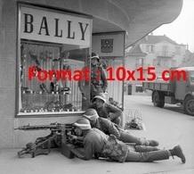 Reproduction Photographie Ancienne D'un Bataillon De L'armée Suisse En Manoeuvres Près D'une Boutique Bally Lausanne 57 - Reproductions