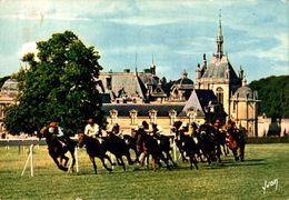 Chantilly Chevaux Le Grand Prix De Diane Couru Dans Un Cadre Prestigieux Ayant Pour  Fond Le Chateau 1976  CPM Ou CPSM - Chantilly