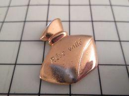 115b Pin's Pins / Beau Et Rare / THEME : PARFUMS / FLACON DE PARFUM METAL JAUNE REVE VOILé Comme Une Roue De Vélo ! - Perfumes