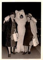 Carte Photo Originale Déguisement D'Ours Blanc Polaire Et Eisbär Entouré De 2 Femmes Au Shopping Gervais 1950/60 - Anonieme Personen