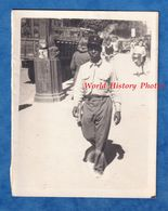 Photo Ancienne Snapshot - Portrait De Rue D'un Soldat Français Colonial - 1944 1945 WW2 Voir Uniforme Képi Noir Afro - Krieg, Militär