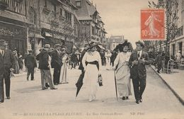 DEAUVILLE : La Plage Fleurie - La Rue Gontaut-Biron. ( Admirez Les Toilettes !) - Deauville