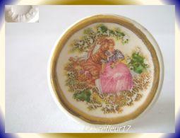 Clamecy .. Assiette Pompadour Robe Rose .. N°1 .. Ref AFF : 44-2004.. (Tiroir 2004) - Oude