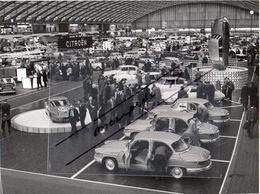 < Automobile Auto Voiture >> Belle Photo De Presse 18 X 23 Stand Citroën RAI Amsterdam 1963, DS Cabriolet, Panhard CD - Cars