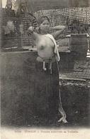 3039- TONKIN - Femme Achevant Sa Toilette  - Sans éditeur - Vietnam
