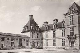 CADILLAC Sur Garonne  - Château Des Ducs D'Epernon .  Cour D'Honneur.  -   Rare .    CPM Dentelée - Other Municipalities