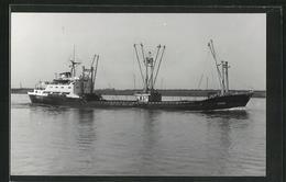 Foto-AK Handelsschiff Dorine Vor Der Küste - Commercio