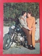 KOV 20-34 - COUPLE, COUPLES, Par, Embraced, Adopté, Abrazado, Ljubav, Amor, Amour, Moto, Motorbike - Couples