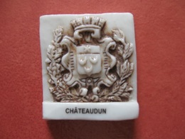 Fève Blason Châteaudun Série Personnalisée Pâtisserie Guignier Année 2002 * Fèves ¤ Rare Ancienne - Oude