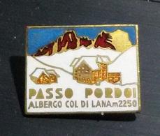 """PIN'S - SPILLA - SMALTO - VINTAGE -PASSO PORDOI - """"ALBERGO COL DI LANA M.2250"""" - 2,3X1,7 - LORIOLI - Pin's"""
