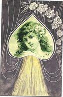 Ravissante Petite Fille Aux Cheveux Bouclés  Dans Un Coeur - Illustration - Unclassified
