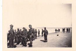 PHOTO ORIGINALE 39 / 45 WW2 WEHRMACHT FRANCE COTE ATLANTIQUE SOLDATS ALLEMANDS SUR UN FRONT DE MER - Guerre, Militaire